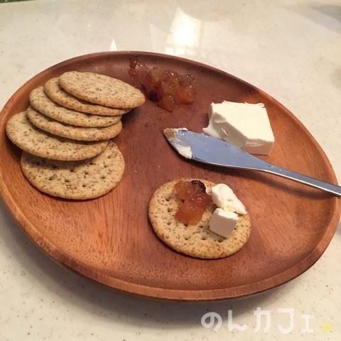 森永・小麦胚芽のクラッカー クリームチーズとジャムのせ